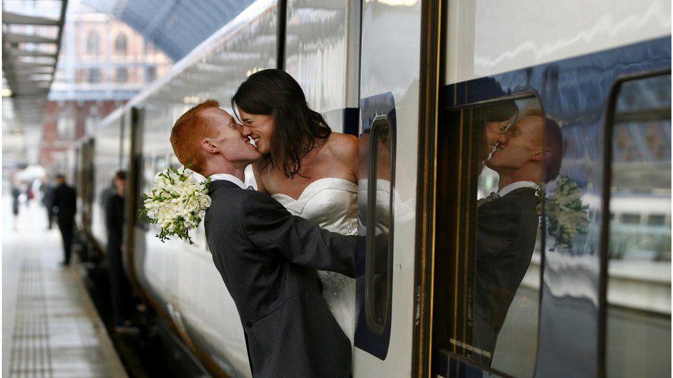 新婚夫妇在出发去布鲁塞尔办婚礼前不忘秀甜蜜