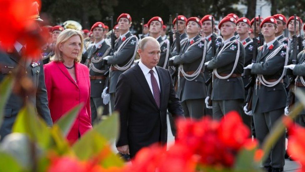 Austrian Foreign Minister Karin Kneissl (left) and Russian President Vladimir Putin (2nd left) arrive at the Red Army memorial in Vienna to lay down a wreath. Photo: June 2018