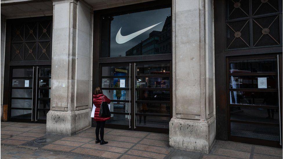 complejidad Menagerry Comercialización  Nike turns to digital sales during China shutdown - BBC News