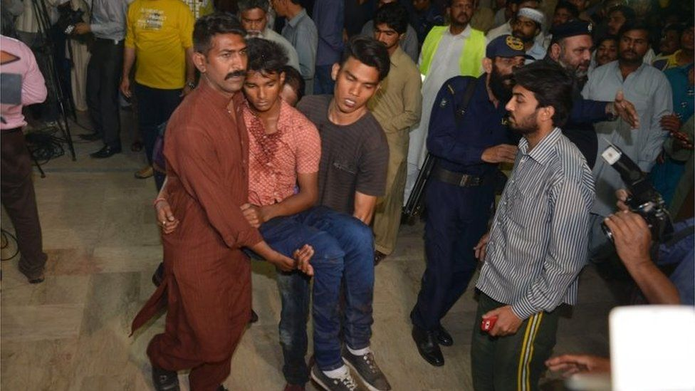 Relatives move an injured bomb blast victim to a hospital after a bomb blast in Lahore 27/03/2016
