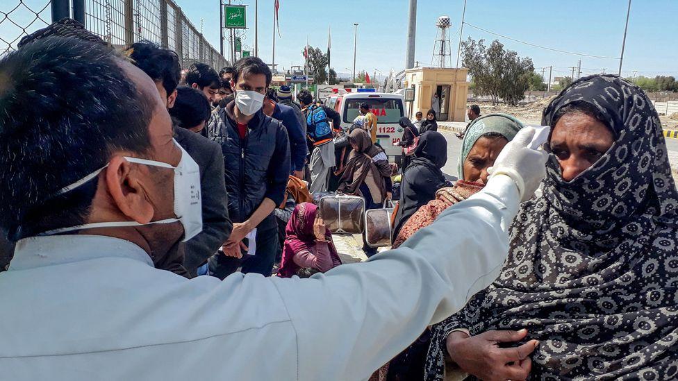 Temperature checks on people arriving at Taftan camp, Pakistan, 29 Feb 20