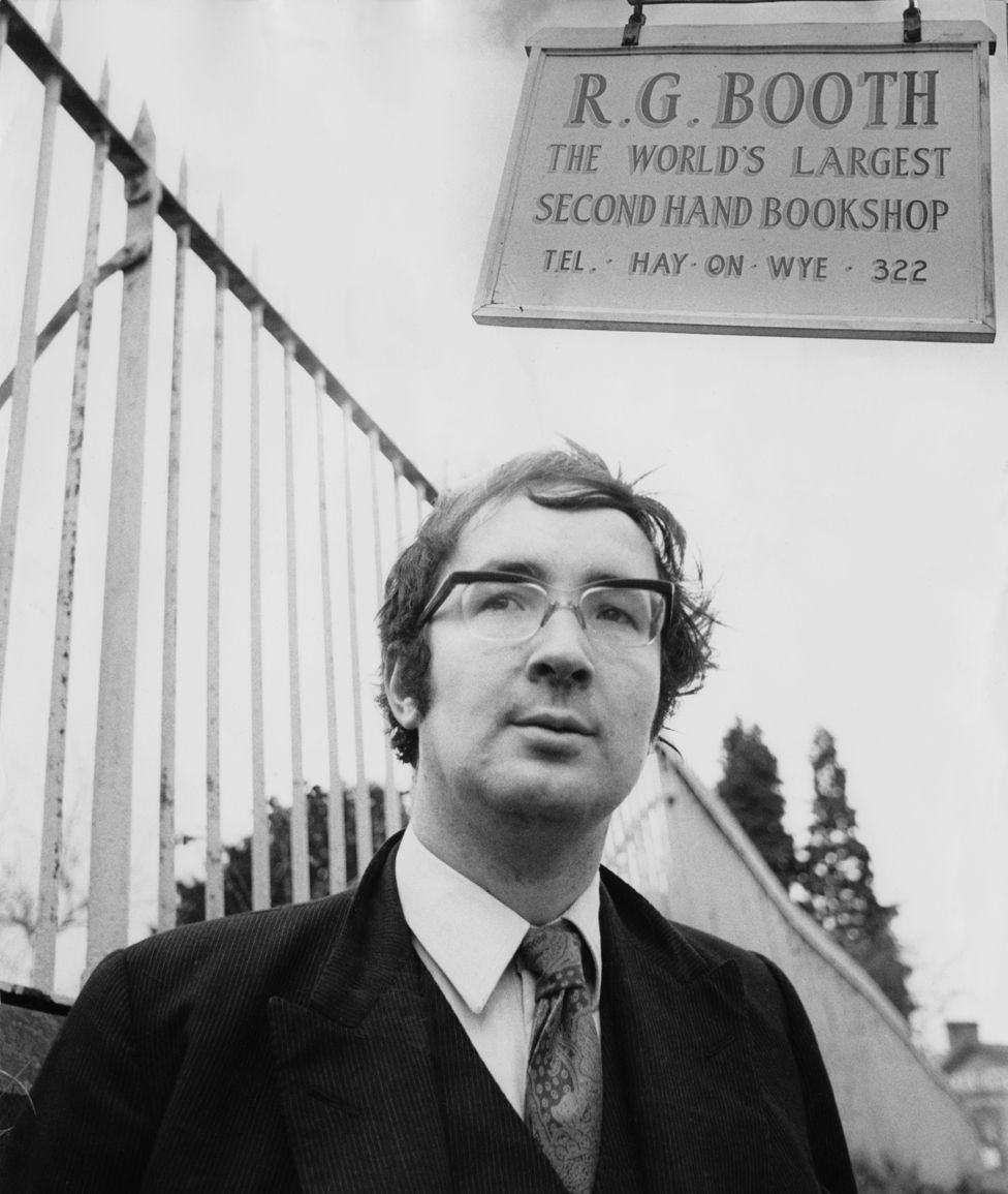 Richard Booth outside his bookshop in 1971