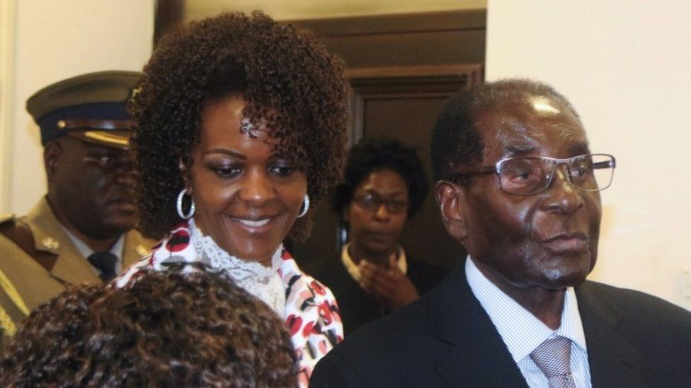 President Robert Mugabe and his wife Grace arrive to chair Zanu-PF's Politburo meeting at the party headquarters in Harare, Zimbabwe (15 February 2017)