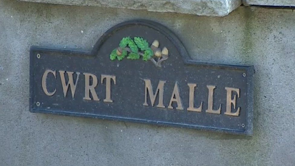 Cwrt Malle sign