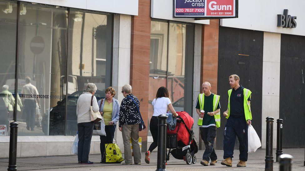 Shoppers outside empty BHS in 2018