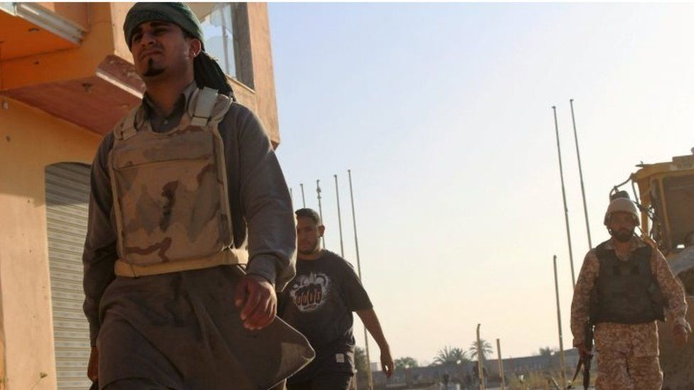 Soldiers from forces aligned with Libya's new unity government advance on the Islamic State stronghold of Sirte (08 June 2016)