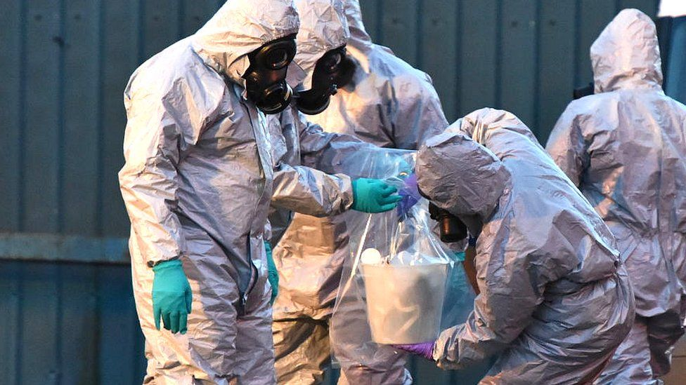people in hazmat suits and masks at salisbury poisoning scene