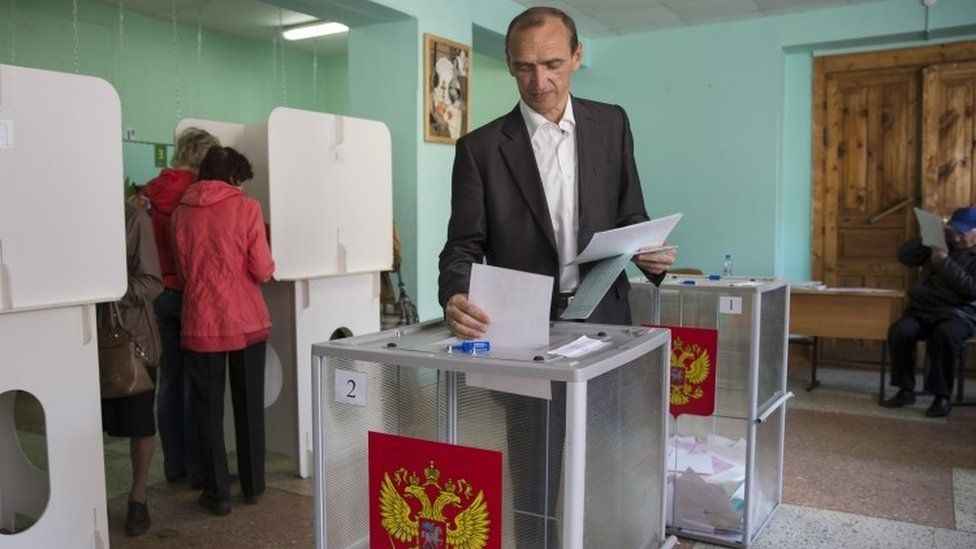 Opposition candidate Vladimir Andreichenko casts his ballot at a polling station in Kostroma (13 September 2015)