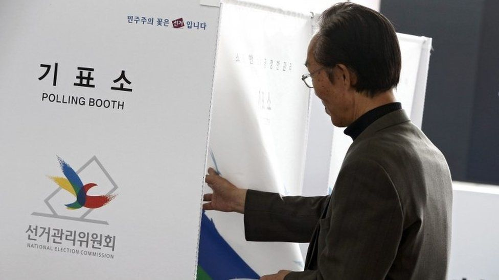 A South Korean man enters a polling booth to cast his vote at polling station in Seoul (08 April 2016)
