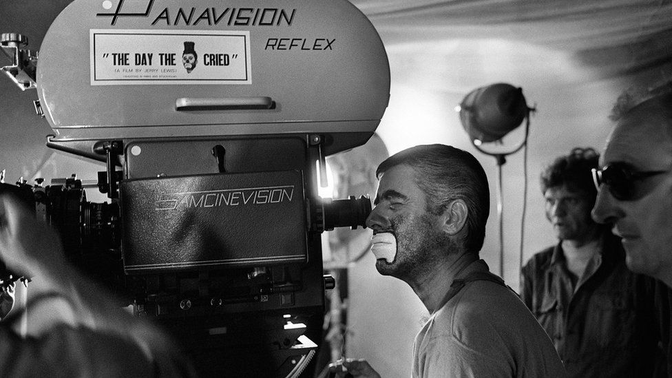 """US comedian, director and singer Jerry Lewis (L) looks through the cine camera, on March 22, 1972, during the shooting of the film """"The Day the Clown cried"""""""