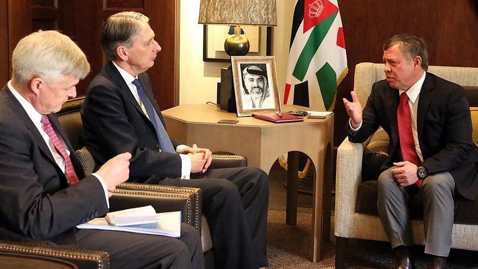 King Abdullah (R) speaks to British Foreign Secretary Philip Hammond (C) in Amman, Jordan (1 February 2016)