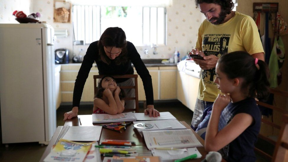 Família em Santo André fazendo educação à distância com as filhas
