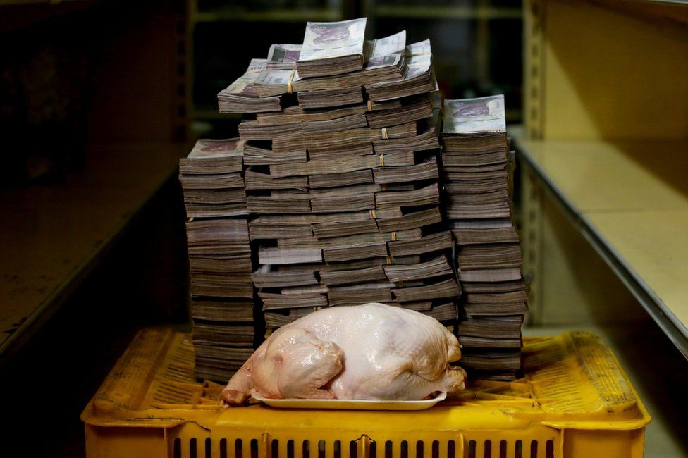 A 2.4kg chicken next to 14,600,000 bolivars