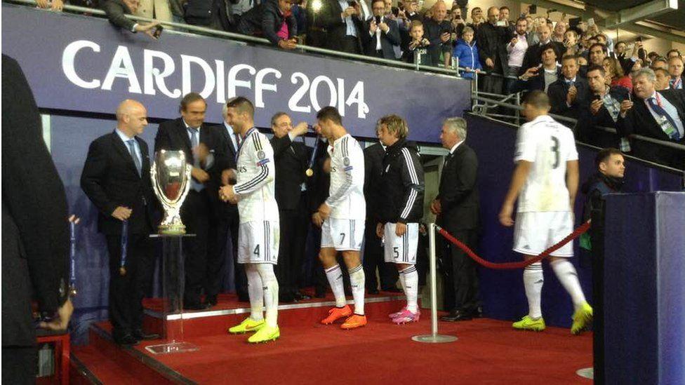 Ramos ar fin derbyn y Super Cup gan Platini a Ronaldo yn derbyn ei fedal