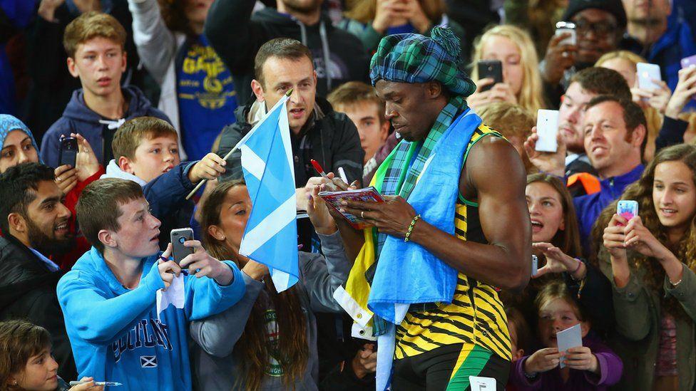 Usain Bolt signs autographs in Glasgow