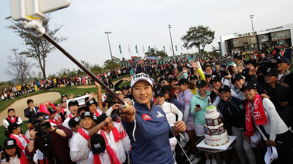 Pak Se-ri takes a selfie with golfers during her retirement ceremony