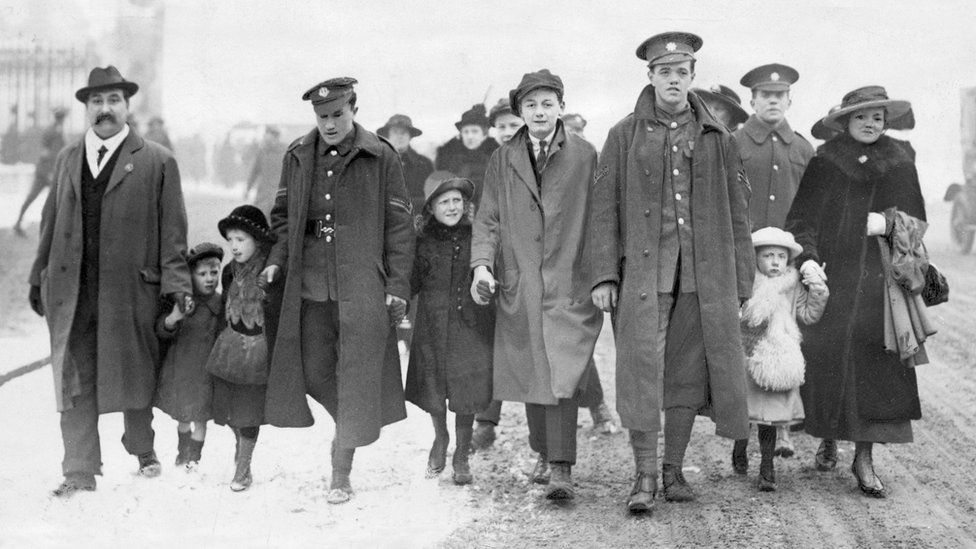 Frederick Jeremy Edwards VC (fourth left) and Corporal Henry Vealer VC (third right)