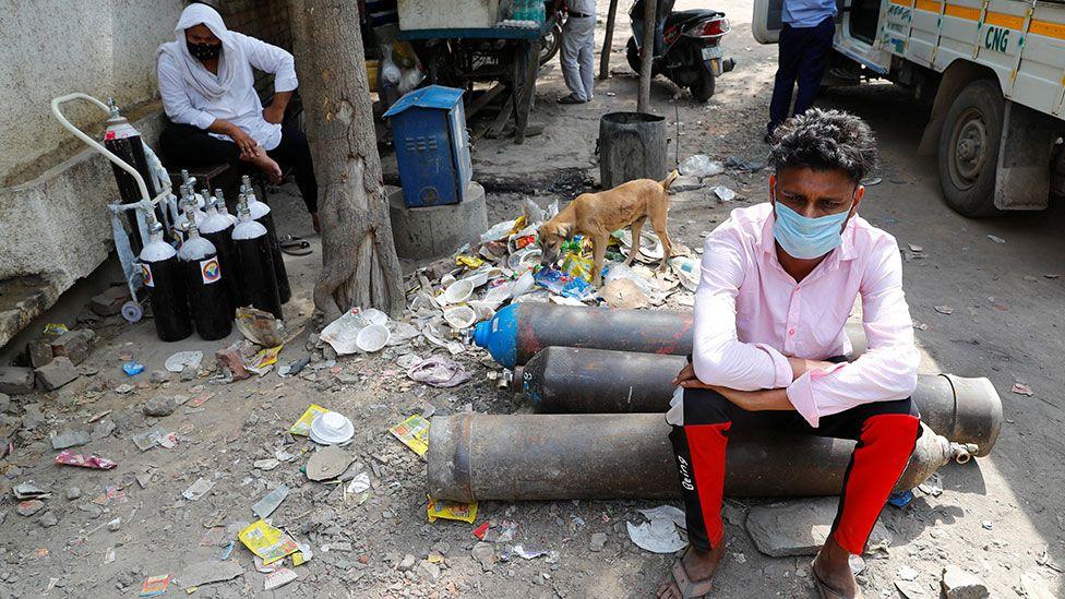 等待在德里的工厂外重新装满氧气罐