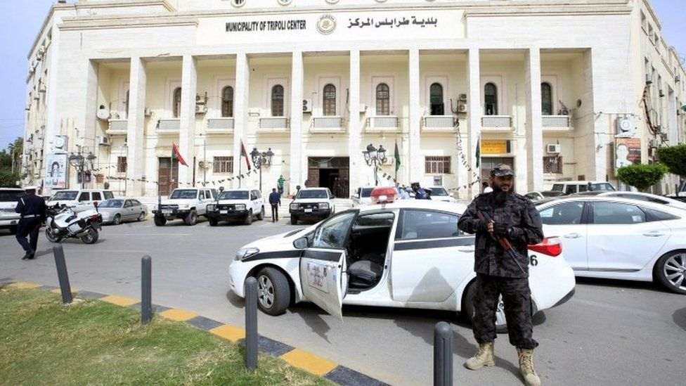 Security forces in front of the headquarters of the municipal council of Tripoli (05 April 2016)