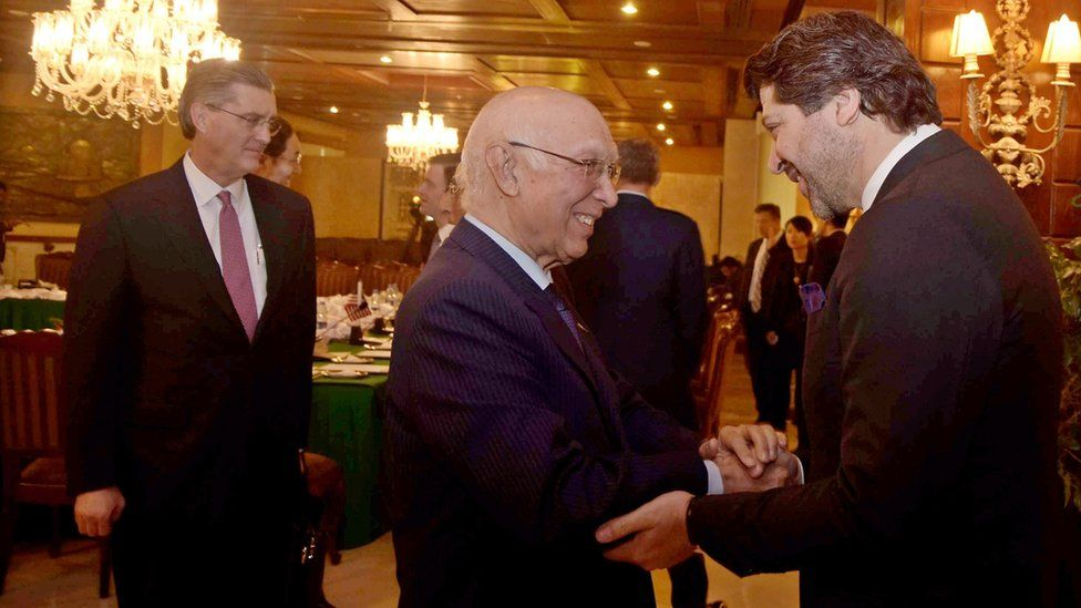 Pakistani foreign affairs adviser Sartaj Aziz (C) shakes hands with with Afghan Deputy Foreign Minister Hekmat Khalil Karzai (R) as US Special representative for Afghanistan and Pakistan Richard G. Olson (L) looks on ahead of the peace talks in Islamabad, Pakistan, 11 January 2016