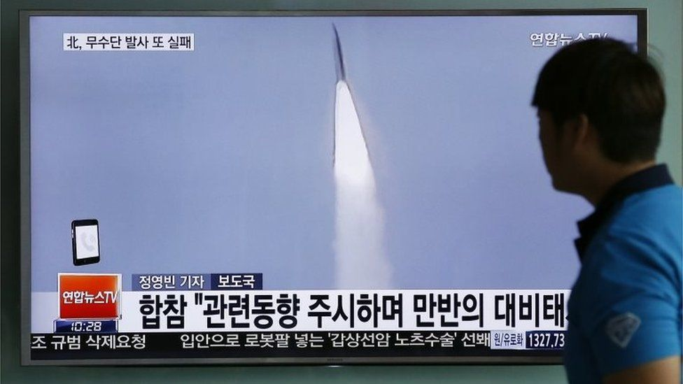 Man in Seoul watches a news report about a North Korean missile test (1 June 2016)