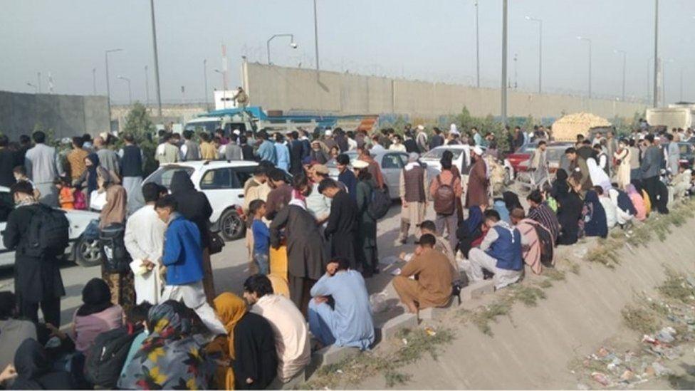 Una estampida en una puerta del aeropuerto de Kabul hirió a 17 personas el miércoles 18 de agosto, según informes que citan a un funcionario de la OTAN