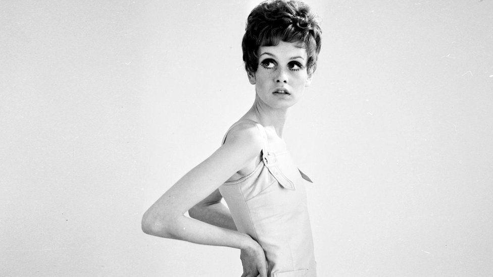 Твигги, выглядевшая как заморенная голодом школьница, стала символом модной андрогинности 1960-х