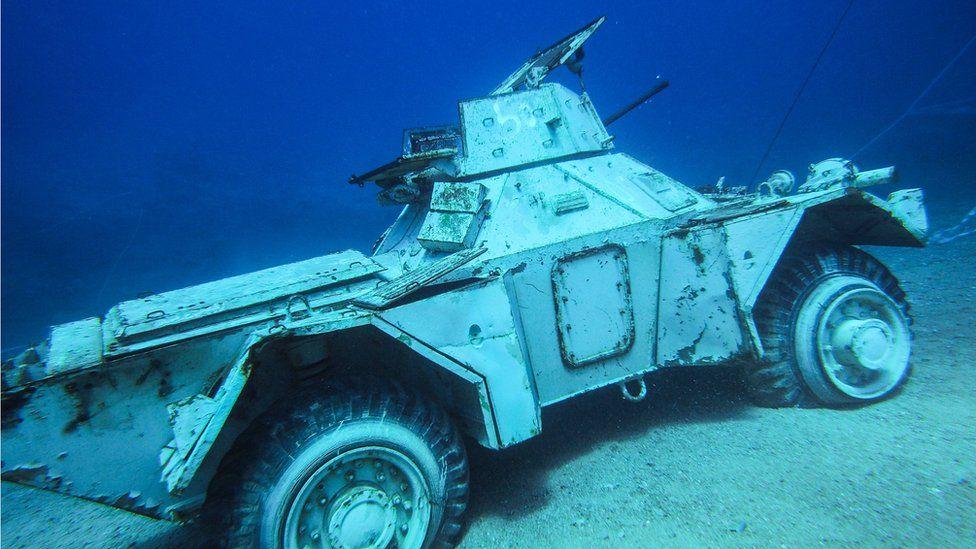 بالصور: دبابات ومروحية في متحف عسكري تحت الماء في الأردن