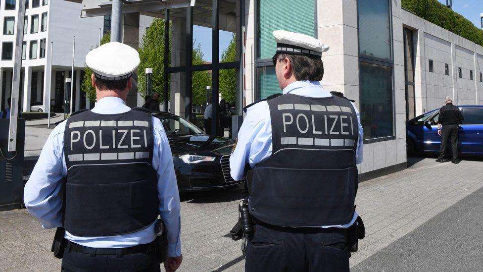 German police in Karlsruhe, outside federal prosecutor's office, 12 Apr 17