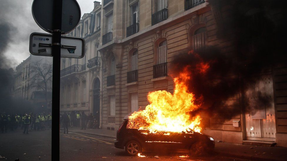 Car set on fire in central Paris - 8 December