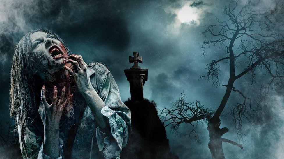 Окровавленный ходячий труп ночью на кладбище