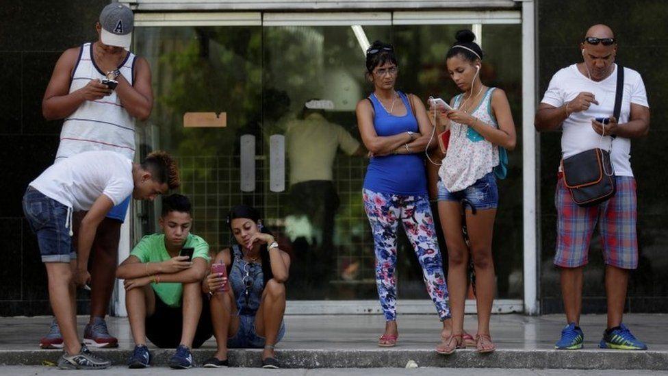 Cubans use the internet via public wi-fi in Havana (05 September 2016)