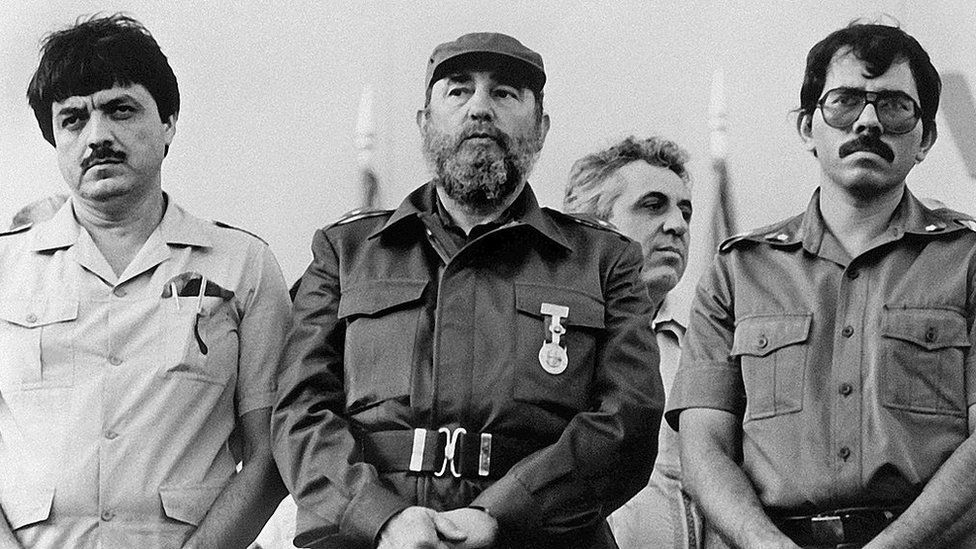 """Cuban President Fidel Castro (C) poses with Nicaraguan President Daniel Ortega (R) and Nicaraguan vice-president Sergio Ramirez, on January 11, 1985, during the inauguration of the """"Victoria de Julio"""" sugar mill in Managua."""
