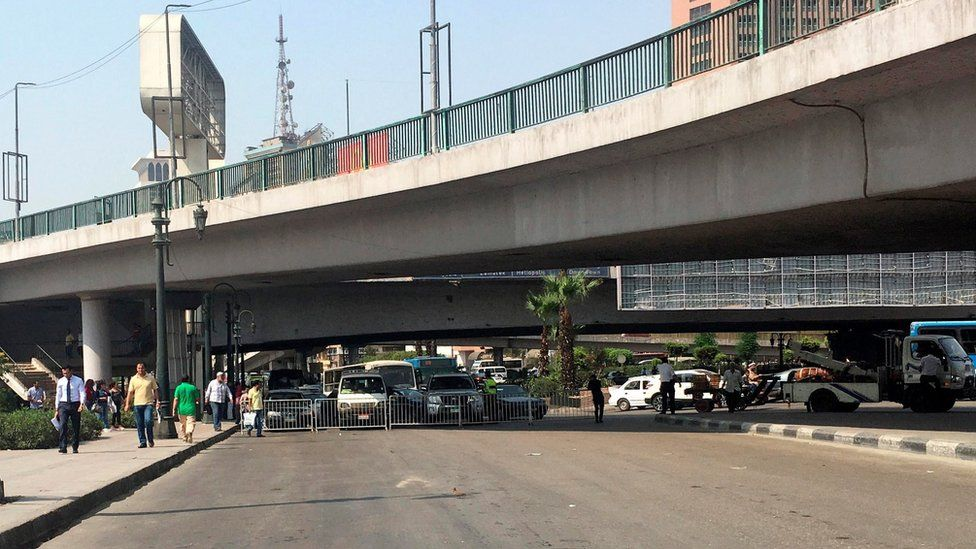 Egyptian security forces close the road leading to the US embassy in Cairo (4 September 2018)