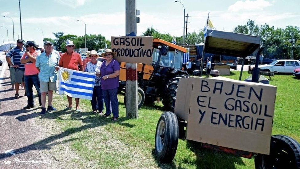 Farmers, traders and haulage contractors holding Uruguayan flags protest next to a road to claim tax reliefs to President Tabare© Vazquez's government in Durazno, Uruguay, on January 23, 2018