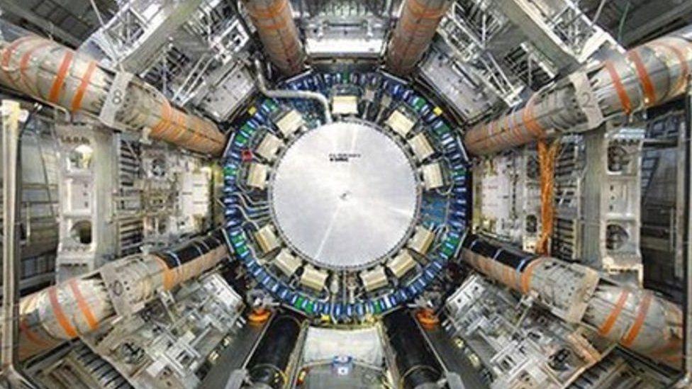 Mae gwyddonwyr yn ceisio darganfod cyfrinachau'r cosmos yng nghanolfan CERN yn y Swistir