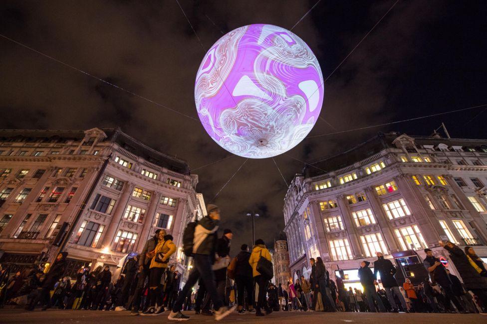 """Инсталляция """"Происхождение мирового пузыря 2018"""" установлена в самом центре Лондона, на станции Oxford Circus"""