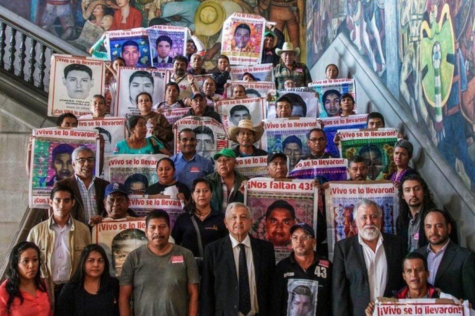 """AMLO se reúne con los familiares de los 43 estudiantes de Ayotzinapa: """"A 5  años de la desaparición de nuestros hijos, la herida sigue abierta"""" - BBC  News Mundo"""