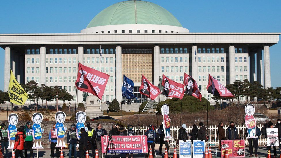 Labor unions protest in front of the National Assembly in Seoul, South Korea, 6 December 2016, as a parliamentary hearing begins on the scandal surrounding presidential confidante Choi Soon-sil and her connections with business groups.