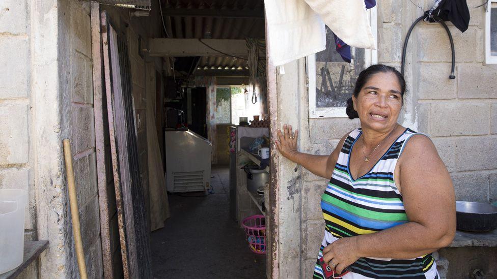 Carmen Beluas, de 45 años, huyó de su casa de Copey, Colombia, a fines de la década de 1990, luego de que su esposo fue asesinado por las fuerzas paramilitares que los acusaron de estar afiliados a la guerrilla.