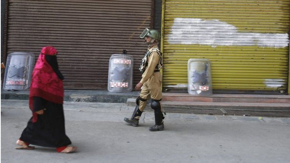 Indian paramilitary soldiers patrol in Srinagar, the summer capital of Indian Kashmir, 29 September 2016