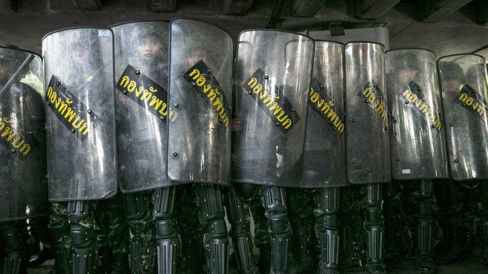 Soldiers with riot shields in Bangkok (25 May 2014)