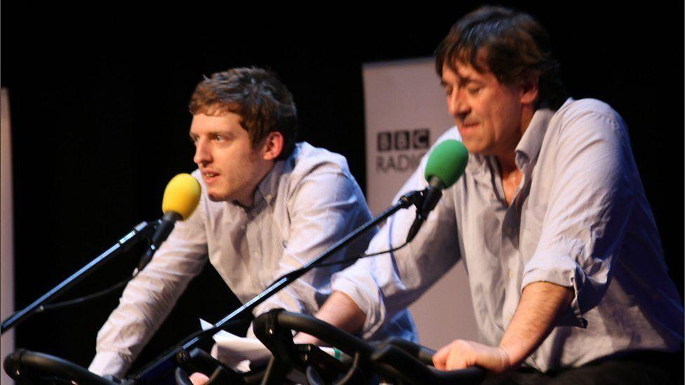 Elis yn perfformio ar Radio 4 gyda Mark Steel