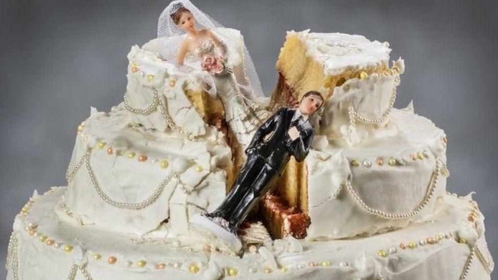 A damaged wedding cake