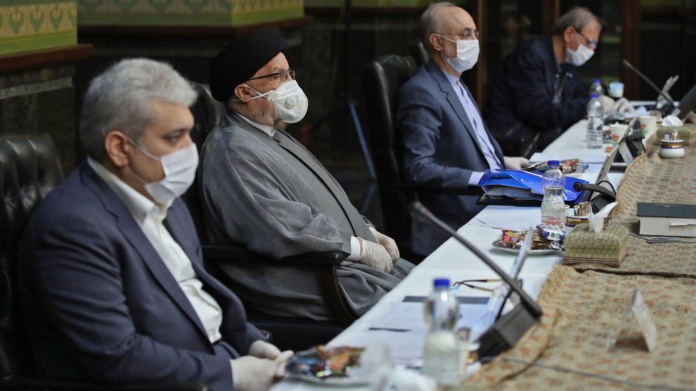Iranian cabinet ministers wear face masks and gloves during a cabinet meeting in Tehran (25 March 2020)