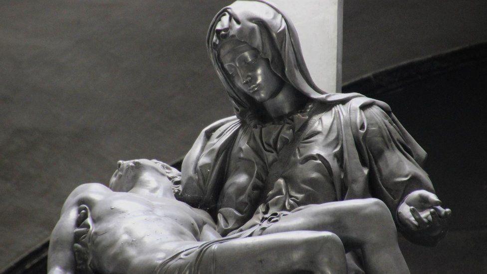 """Las olvidadas réplicas de """"La Piedad"""" en un pueblo de Perú que el Vaticano visitó para restaurar la original de Miguel Ángel"""