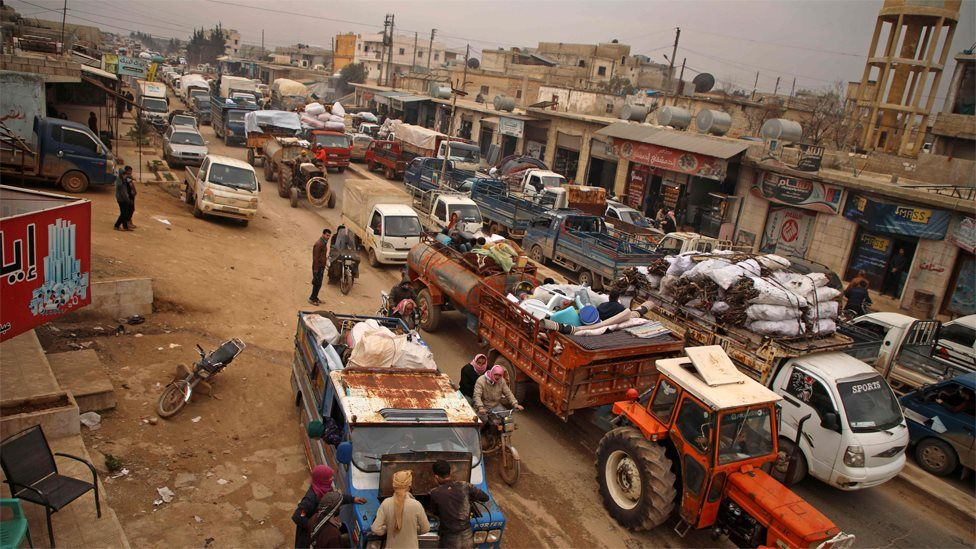 Displaced Syrians wait in traffic in the town of Hazano in the northern countryside of Idlib (4 February 2020)