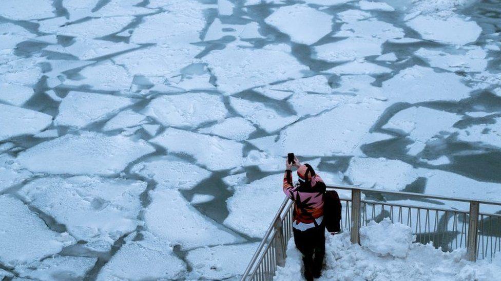 Onda de frio nos EUA: As impressionantes imagens de Chicago congelada