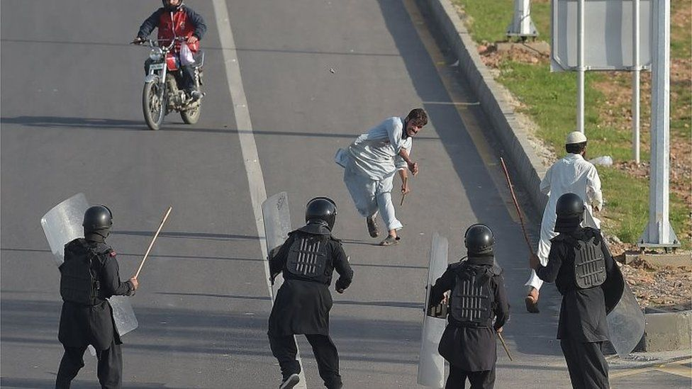 Protester throws stones towards riot police in Islamabad (27 March 2016)