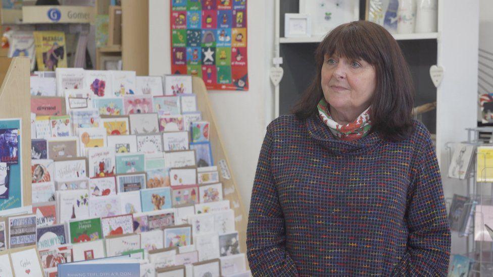 Janet Francis, perchennog Siop Tŷ Tawe yn Abertawe